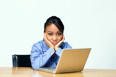 Trauriger Kursteilnehmer mit dem Laptop - horizontal Lizenzfreies Stockfoto