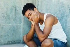 Trauriger lateinischer junger Erwachsener mit Problemen lizenzfreie stockfotos