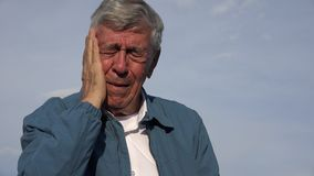 Trauriger älterer alter Mann mit Zahnschmerzen Stockbild