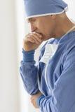 Trauriger männlicher Chirurg-With Hand On-Mund Lizenzfreie Stockfotos