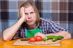 Trauriger müder Mann mit Tomaten und Gurken Lizenzfreie Stockbilder