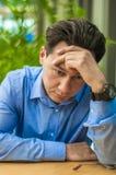Trauriger, müder oder deprimierter Geschäftsmann am Schreibtisch Geschäftsmann mit Problemen und Druck im Büro Stockbild