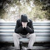 Trauriger Mann auf der Bank Stockfotos