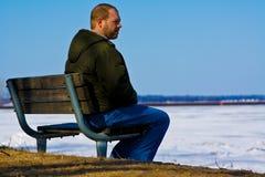 Trauriger Mann auf einer Bank Stockfotos