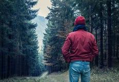 Trauriger Mann, der durch Wald geht Stockfoto