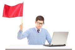 Trauriger Mann, der eine rote Fahne gestikuliert Niederlage wellenartig bewegt Stockfotografie