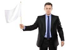 Trauriger Mann, der eine weiße Flagge, Niederlage gestikulierend anhält Lizenzfreies Stockbild