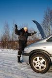 Trauriger Mann, der sein unterbrochenes Auto betrachtet Stockbilder