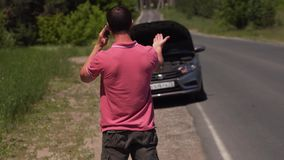 Trauriger Mann erklärt Spezialisten-Car Doesn 't-Arbeit stock video footage