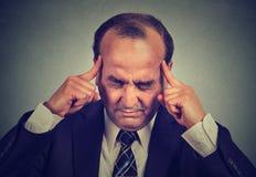 Trauriger Mann mit dem besorgten betonten denkenden Versuchen des Gesichtsausdrucks sich zu konzentrieren Lizenzfreie Stockbilder