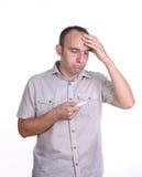 Trauriger Mann mit Schwangerschaftstest Stockbild