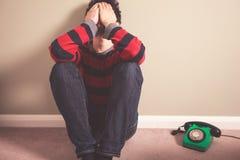 Trauriger Mann mit Telefon lizenzfreie stockbilder