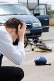 Trauriger Mann, nachdem kleiner Radfahrer geschlagen worden ist Stockfoto