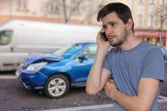 Trauriger Mann nennt zur Unterstützung nach Autounfall lizenzfreies stockbild