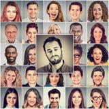 Trauriger Mann unter Gruppe glücklichen Menschen lizenzfreies stockbild