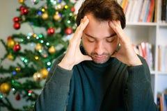 Trauriger Mann, welche negativen Gefühlen glauben und allein während des Weihnachten lizenzfreies stockfoto