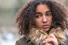 Trauriger Mischrasse-Afroamerikaner-Jugendlich-junge Frau Stockfoto