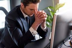 Trauriger nachdenklicher Mann drückt Frustration aus Lizenzfreies Stockfoto