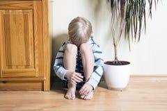Trauriger netter kleiner blonder Junge Lizenzfreie Stockfotografie
