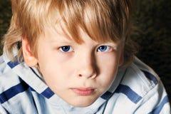 Trauriger netter kleiner blonder Junge Stockfoto