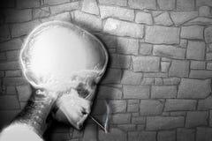 Trauriger Raucher als Nächstes die Wand lizenzfreie stockfotografie