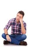 Trauriger schauender beiläufiger Mann Stockfoto