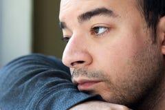Trauriger schauender deprimierter junger Mann Stockfotos