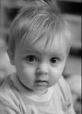 Trauriger schauender Junge Stockfoto