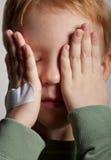 Trauriger schreiender kleiner Junge abdeckt sein Gesicht mit den Händen n Lizenzfreie Stockfotografie