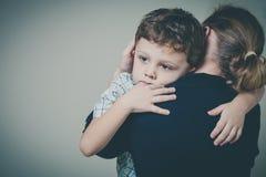 Trauriger Sohn, der seine Mutter umarmt Lizenzfreies Stockfoto
