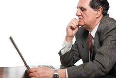 Trauriger und besorgter Geschäftsmann mit einem Laptop Stockfotografie