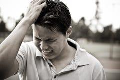 Trauriger und betonter junger asiatischer Mann Stockbild