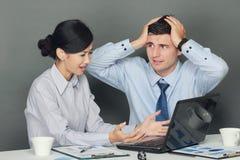 Trauriger und deprimierter Geschäftsmann und Frau Stockbild