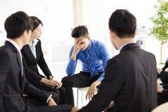 Trauriger und deprimierter Geschäftsmann während der Sitzung Lizenzfreie Stockfotos