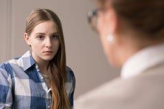 Trauriger und deprimierter Jugendlicher am Psychologen Stockbilder