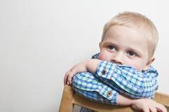 Trauriger und einsamer kleiner Junge Stockbild