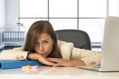 Trauriger und hoffnungsloser Geschäftsfrauleidendruck und -kopfschmerzen am Bürolaptopcomputertisch Stockfoto