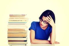 Trauriger weiblicher Kursteilnehmer mit Lernenschwierigkeiten lizenzfreie stockfotos