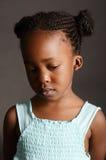 Trauriges afrikanisches kleines Mädchen Stockfoto