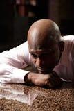 Trauriges afrikanisches Mann sideview Lizenzfreie Stockfotos