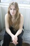 Trauriges blondes jugendlich Mädchen, das auf Balkon sitzt Stockfotos