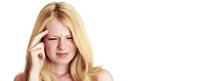 Trauriges blondes Mädchen, das Kopfschmerzen hat lizenzfreies stockbild