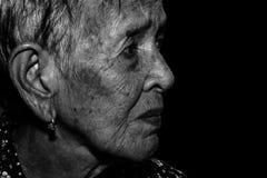 Trauriges deprimiertes des einsamen älteren Frauenporträts, Gefühl, Gefühle, durchdachte, ältere, alte Frau, Wartezeit, düster, b Lizenzfreies Stockbild