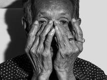 Trauriges deprimiertes des einsamen älteren Frauenporträts, Gefühl, Gefühle, durchdachte, ältere, alte Frau, Wartezeit, düster, b Lizenzfreies Stockfoto