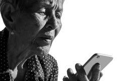 Trauriges deprimiertes des einsamen älteren Frauenporträts, Gefühl, Gefühle, durchdachte, ältere, alte Frau, Wartezeit, düster, b Stockbilder