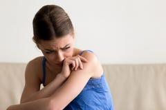 Trauriges deprimiertes jugendlich Mädchengefühlsumkippen, das allein zu Hause sitzt Lizenzfreies Stockbild