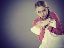 Trauriges deprimiertes Mädchen in ergreifendem Kissen des Betts Stockfotos