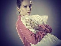Trauriges deprimiertes Mädchen in ergreifendem Kissen des Betts Lizenzfreie Stockfotografie