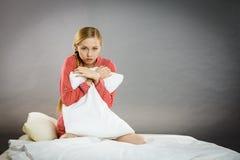 Trauriges deprimiertes Mädchen in ergreifendem Kissen des Betts Lizenzfreie Stockfotos