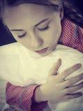 Trauriges deprimiertes Mädchen in ergreifendem Kissen des Betts Lizenzfreie Stockbilder
